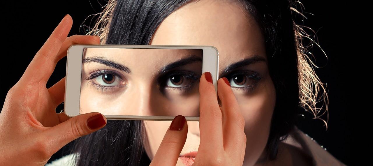 Filtres beauté pour les selfies : une menace contre le naturel ?